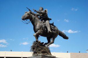 Estatua en honor a Pancho Villa y su yegua Siete Leguas