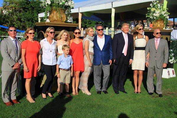 Gustavo Mirabal junto a sus amigos y el presidente Donald Trump