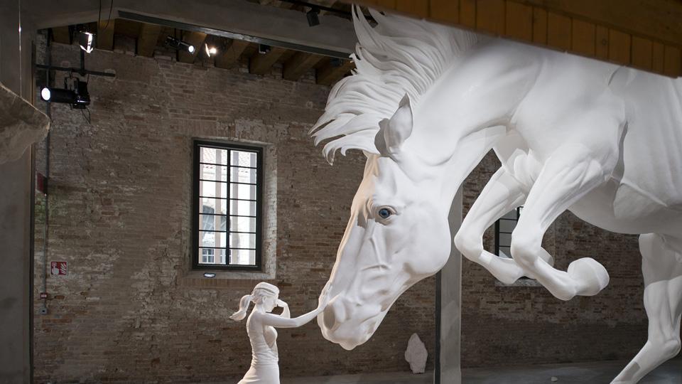 Una joven mujer apacigua la furia del caballo