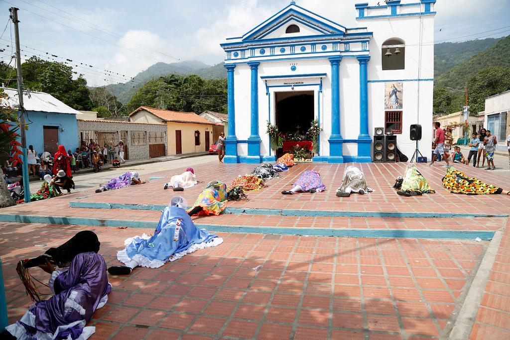 Los diablos rendidos frente a la iglesia de Cuyagua