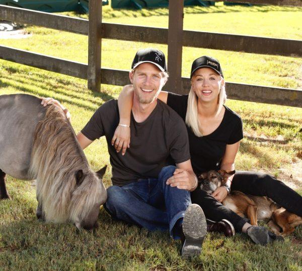 Kaley Cuoco celebridad amante de los caballos junto a su esposo