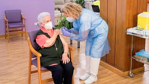 La primera española que recibió lavacuna covid - 19fueAraceli Hidalgo, de 96 años.