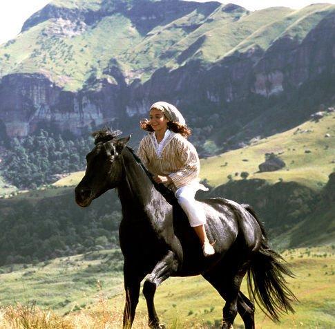 Neera cabalgando junto a su amado caballo